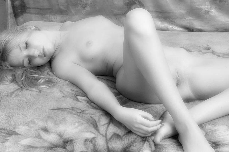 Фотомодель теребонькает без нижнего белья в черно-белых тонах