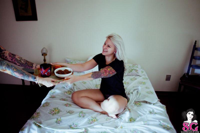 Привлекательная блондиночка проводит время снимая трусики секс фото