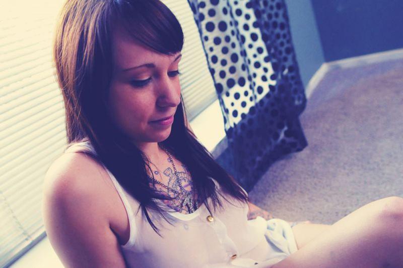 Кайлин около окна обнажает татуировки на сексуальных местах секс фото