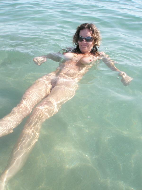 Зрелая дама на море хвастается спортивным телом