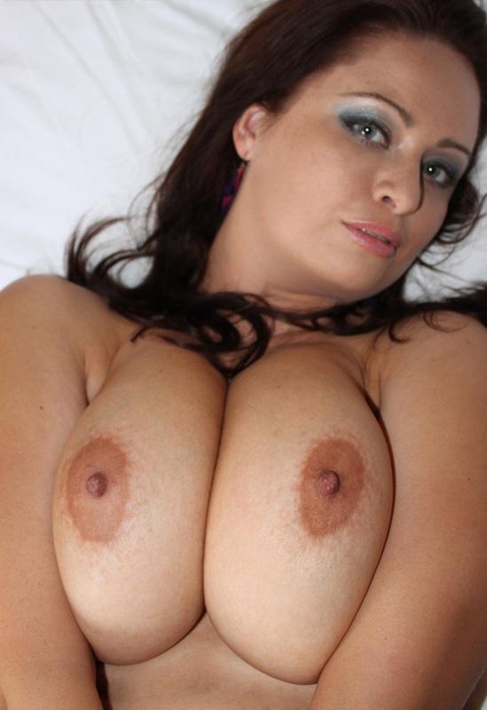 Полненькая мама показывает сексуальную пизду на кроватке
