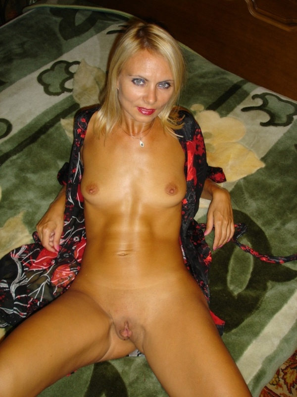 Взрослая блондинка хочет всунуть в свою пизду
