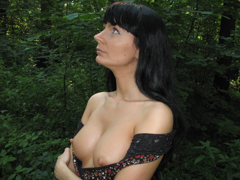 Ирина полностью оголилась в безлюдном месте