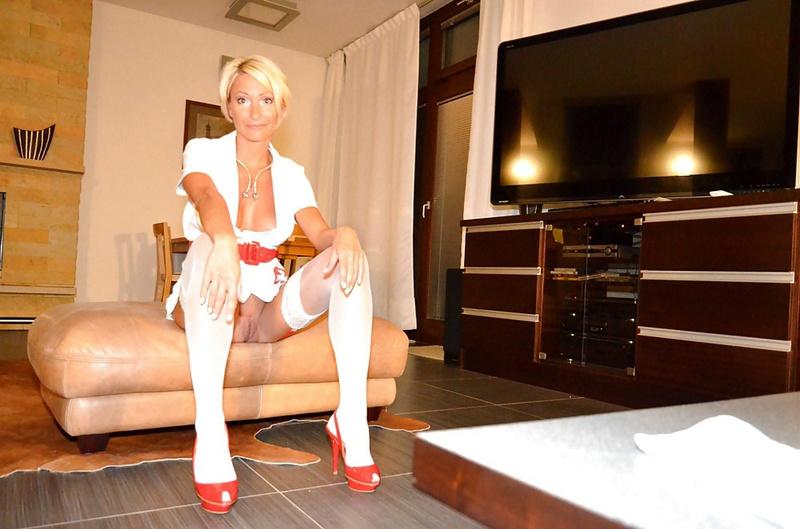 Откровенные блондинка безобразничает в квартире в роли медстестры