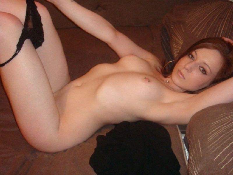 Рыженькая бестия охотно снимает трусики на диване