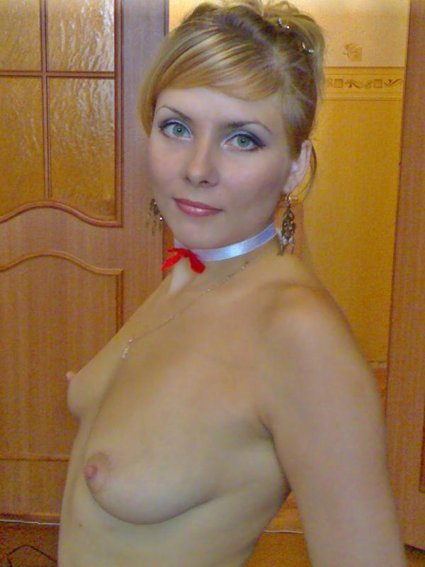 Прекрасная мамка эротично позирует в сексуальном белье