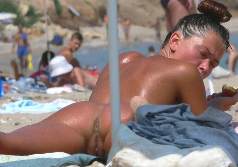 Нудистки разных возрастов отдыхают без купальников на песке
