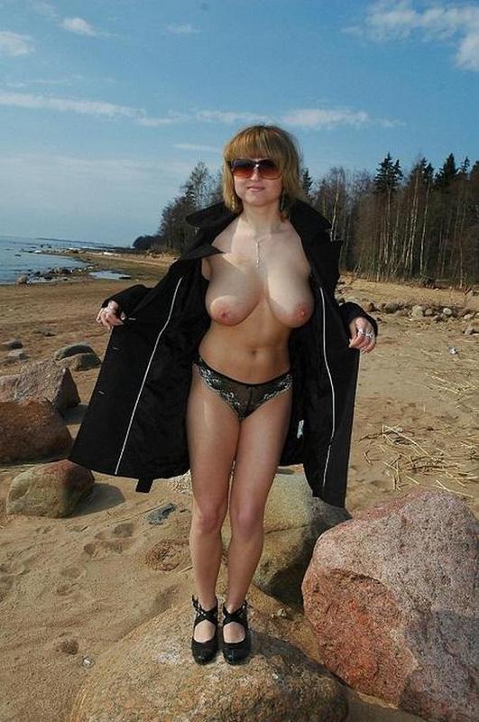 Клевая баба хвастается большими дойками в Сибири