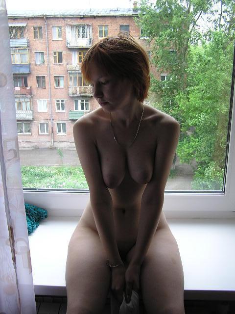 Рыжеволосая шалава гладит вульву на подоконнике смотреть эротику