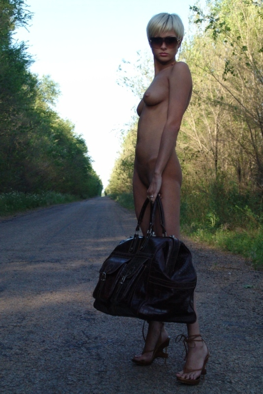 Соблазнительная Натали путешествует автостопом по стране
