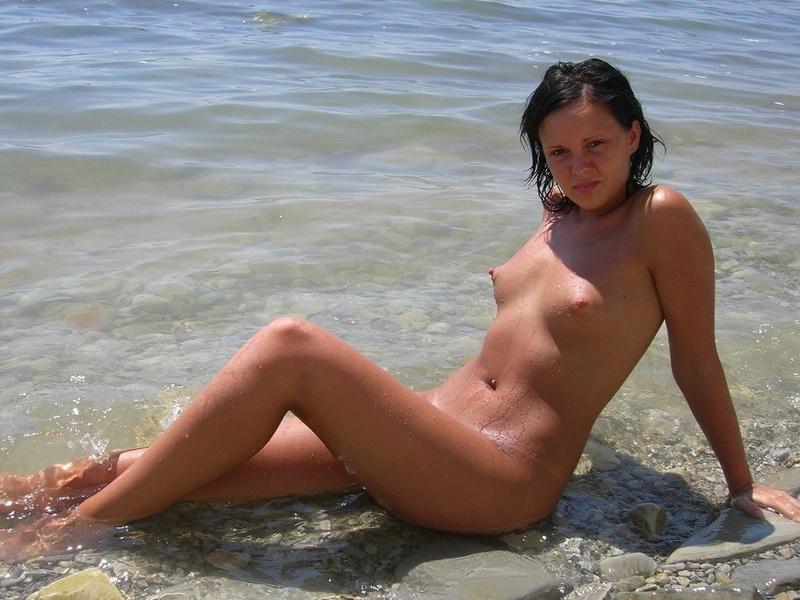 Брюнетка отдыхает на нудистском пляже
