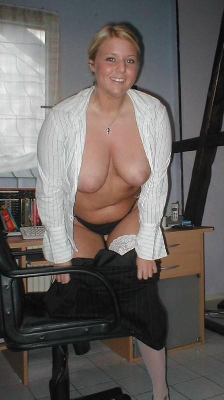 Пышнотелая шведка с крпуными грудями снимает лифчик на чердаке