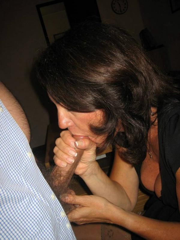 Озабоченная бабуля заводит красавца раздеванием смотреть эротику