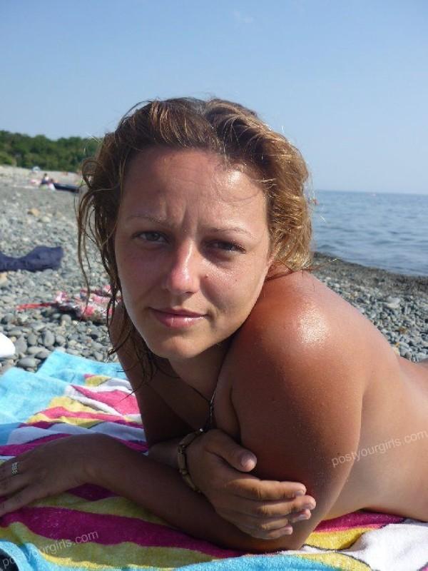 Мама лежит без трусиков на берегу моря