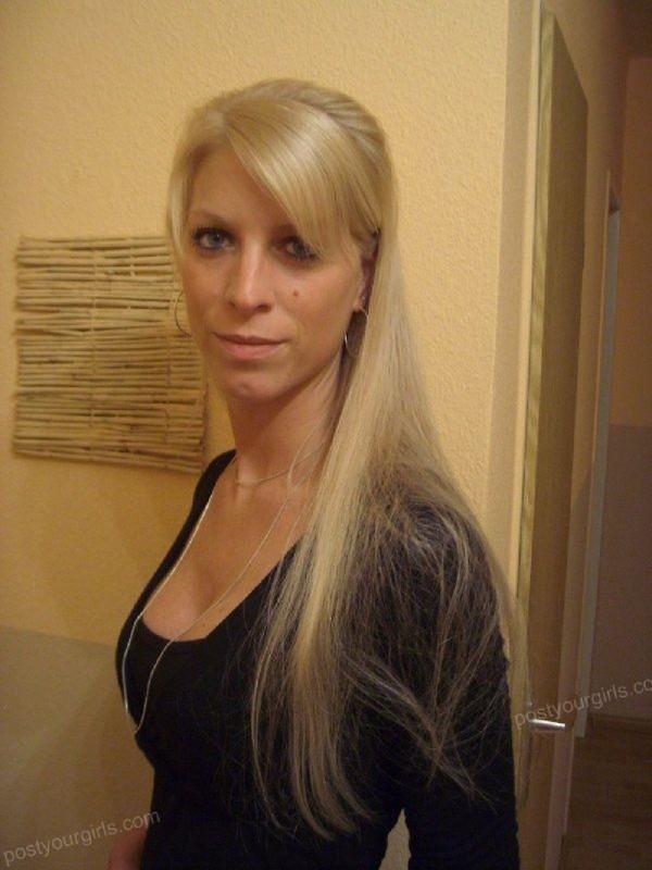 Блондинка показывает торчащие дойки на балконе