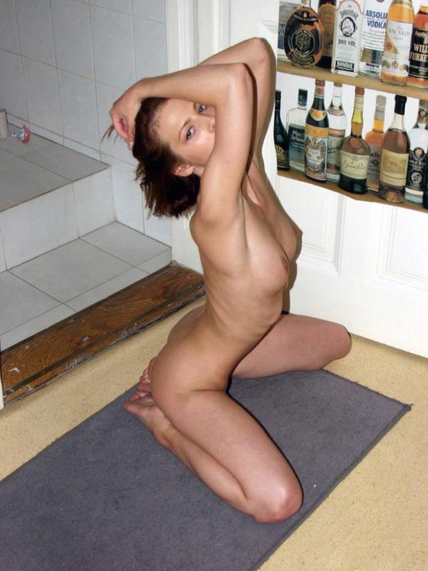 У себя в квартире худенькая Марина откровенно извивается
