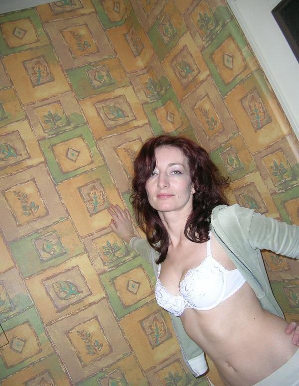 Возбуждающая прислуга проводит вечер непристойно секс фото