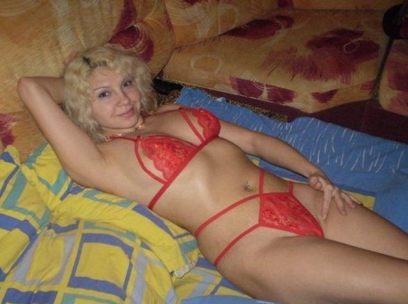 Дама средних лет облачилась с латексное белье в спальне