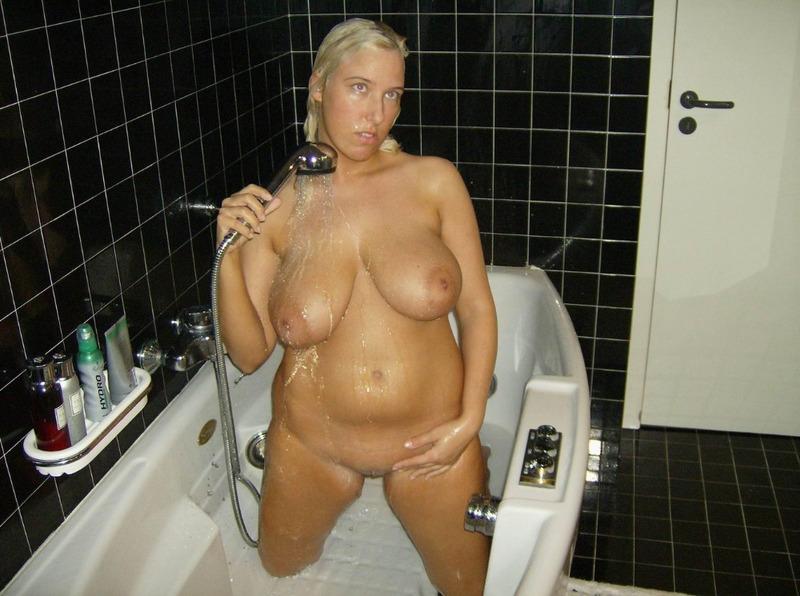 Титястая мамка моет киску под струями воды секс фото