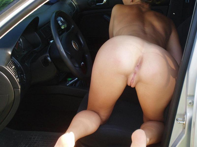 Барышня без бикини стоит на четвереньках на капоте машины