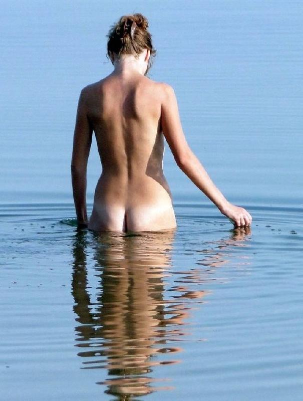 Сестра не скрывает от объектива свои формы в купальнике