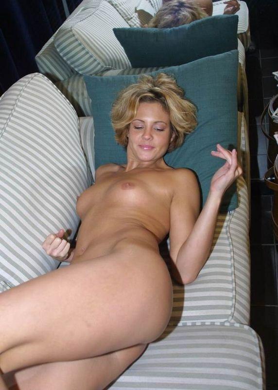 Тридцатилетняя телка залезла на диван и показала попку