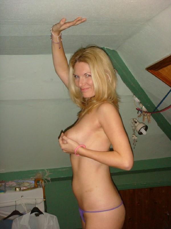 Крутая блонди с огромной грудью играется в кровати