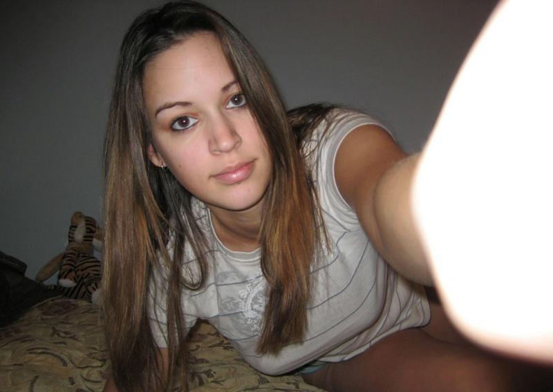 От скуки молоденькая девушка начала красоваться голой