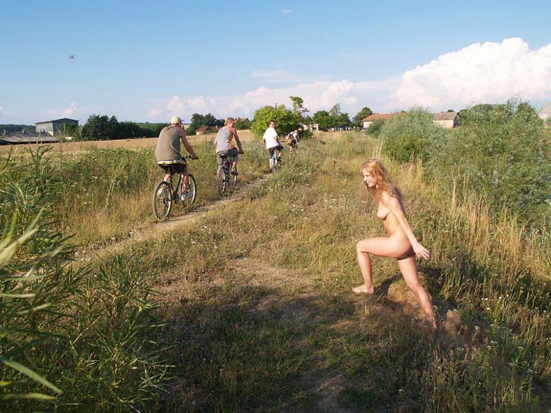 Обнаженная путана сохнет у тропинки по которой проехали велосипедисты