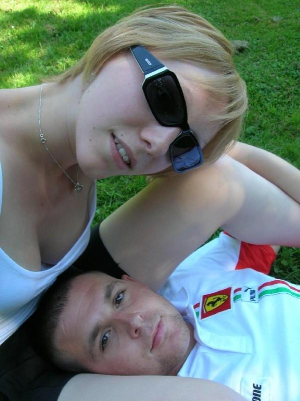 18-летняя модель со свелыми волосами демонстрирует стриженную пизду отдыхая с юнцом в парке