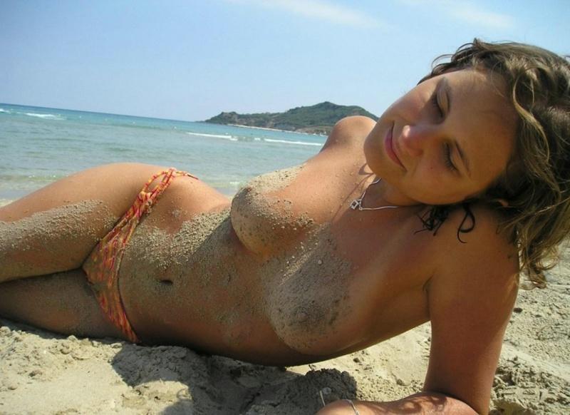 Сырая девка балуется на пляже в одних плавках