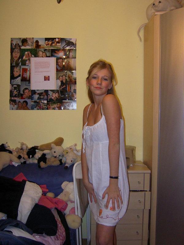 Блондиночка оголила прелести в уютной спальне