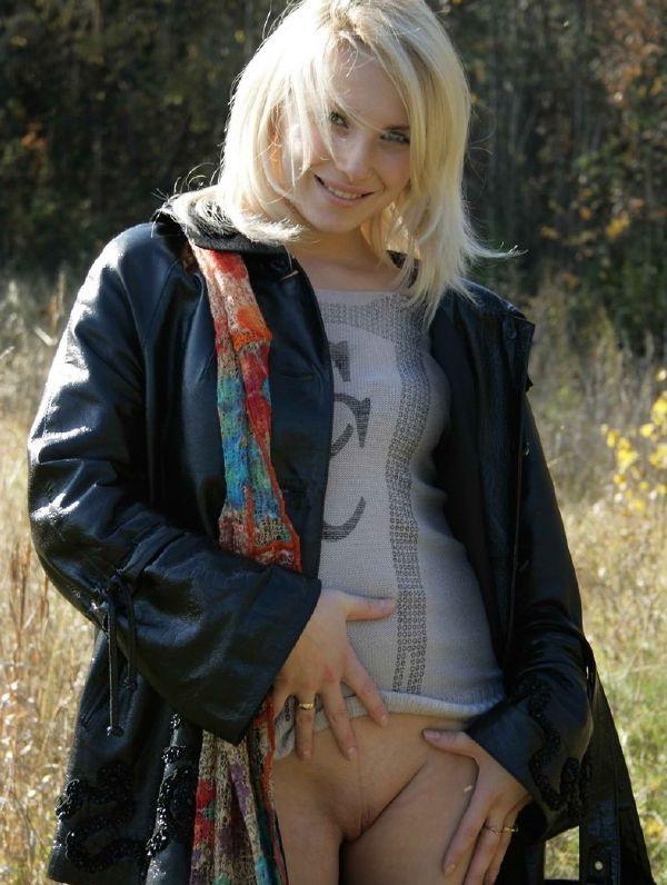 Блондинка сняла штаны в осеннем поле