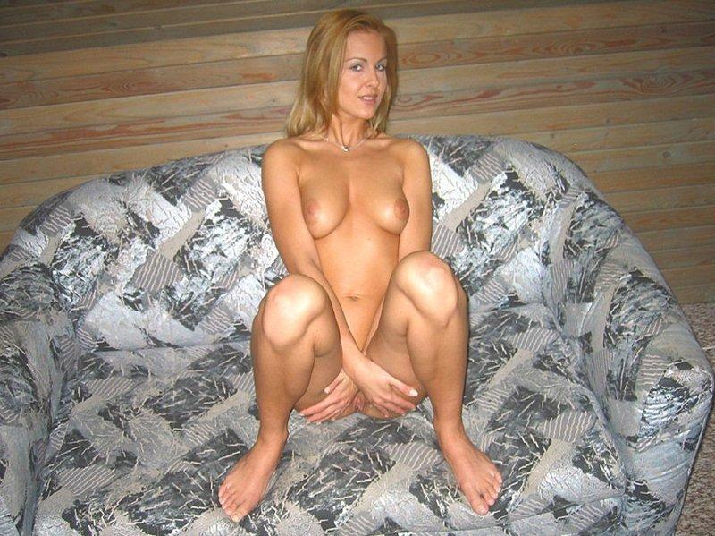 Сексуальная блондинка считает своим долгом оголять выразительные формы смотреть эротику