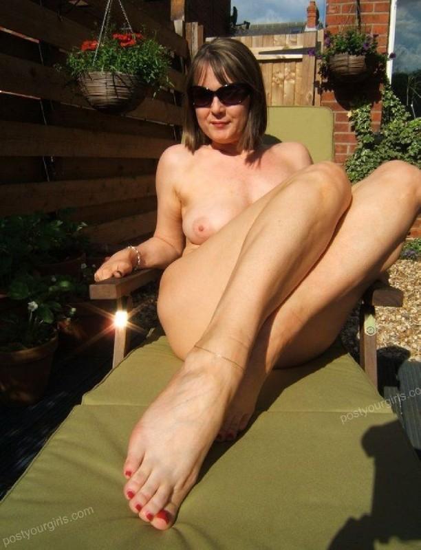 Титястая бестия на заднем дворе лежит на солнышке обнаженная