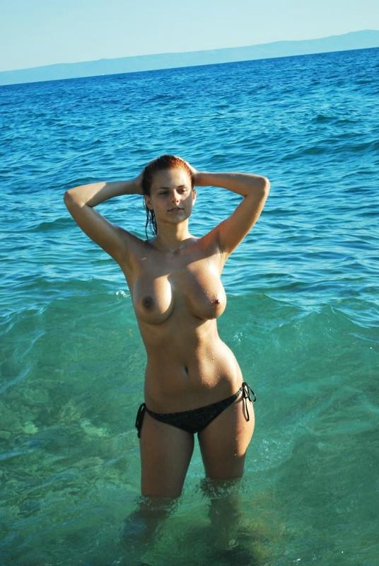 Грудастая русалка отдыхает с подругами голышом на море