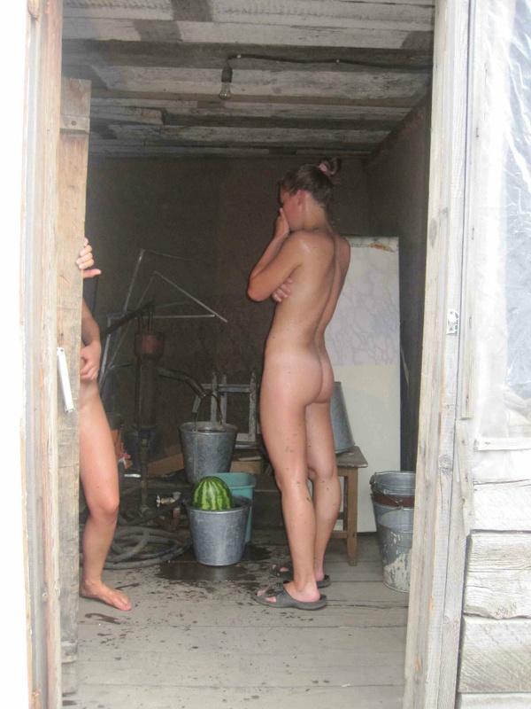 Девахи отдыхают нагишом в деревенской бане