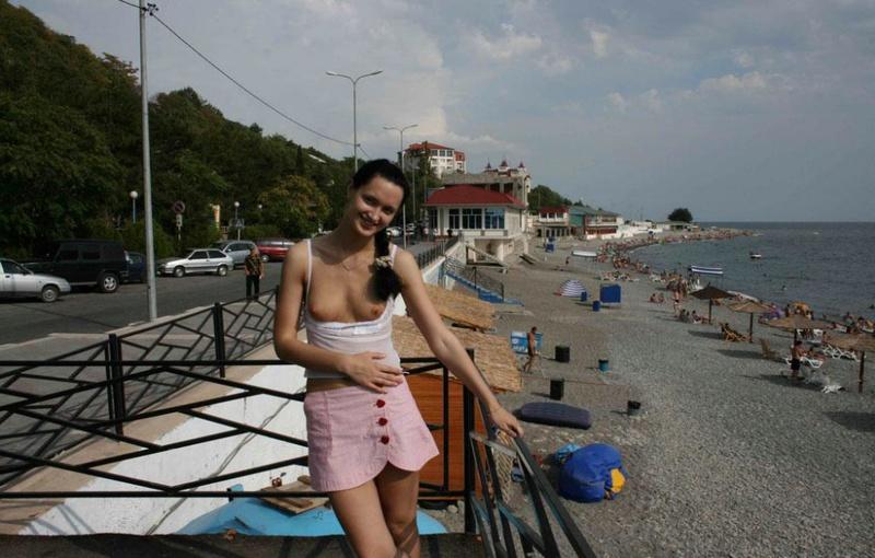 Голая брюнеточка фоткается возле бассейна смотреть эротику