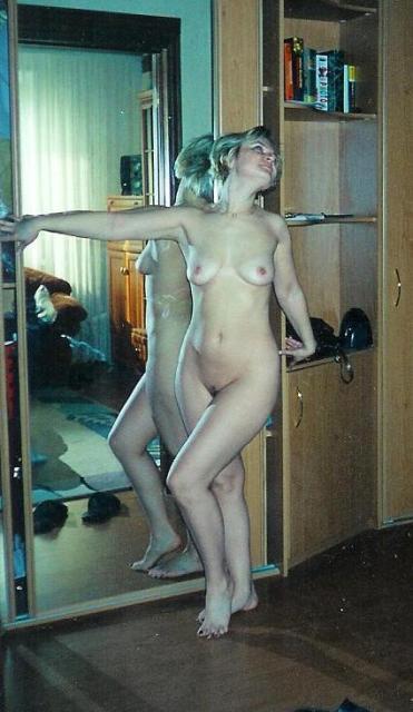 В Девяностых сучка любила позировать обнаженной секс фото
