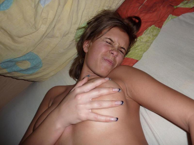 Обнаженная Анжелика залезла на тахте чтобы засветить жопу
