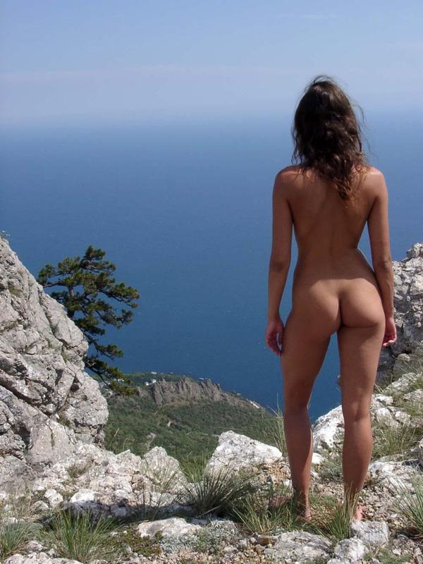 Зажигательная озорница показывает сиськи на отдыхе в Крыму