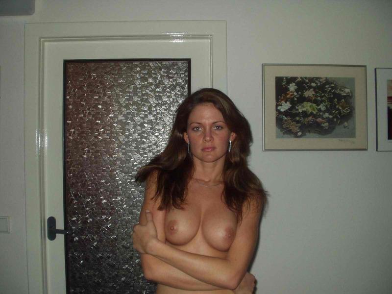 Прекрасная мамаша напротив двери сняла с себя белье