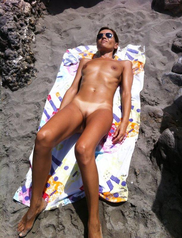Виктория загорает на горном пляже без купальника смотреть эротику