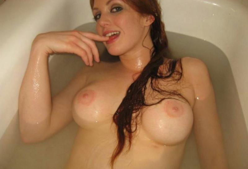 Рыженькая кудесница купается под струями душа