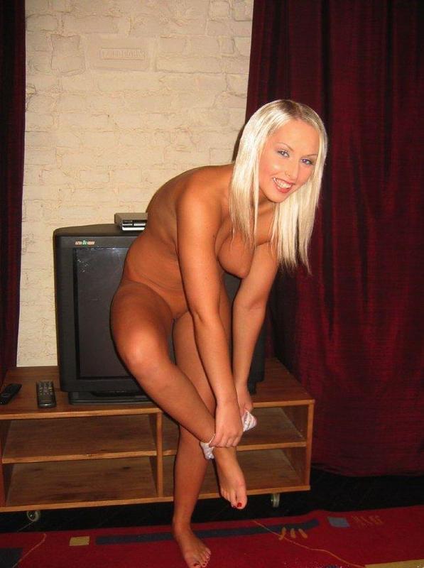Ника позирует голая на полу в зале