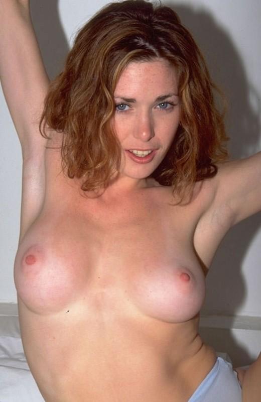 Сексуальные дивчина показывает киску отодвигая трусики