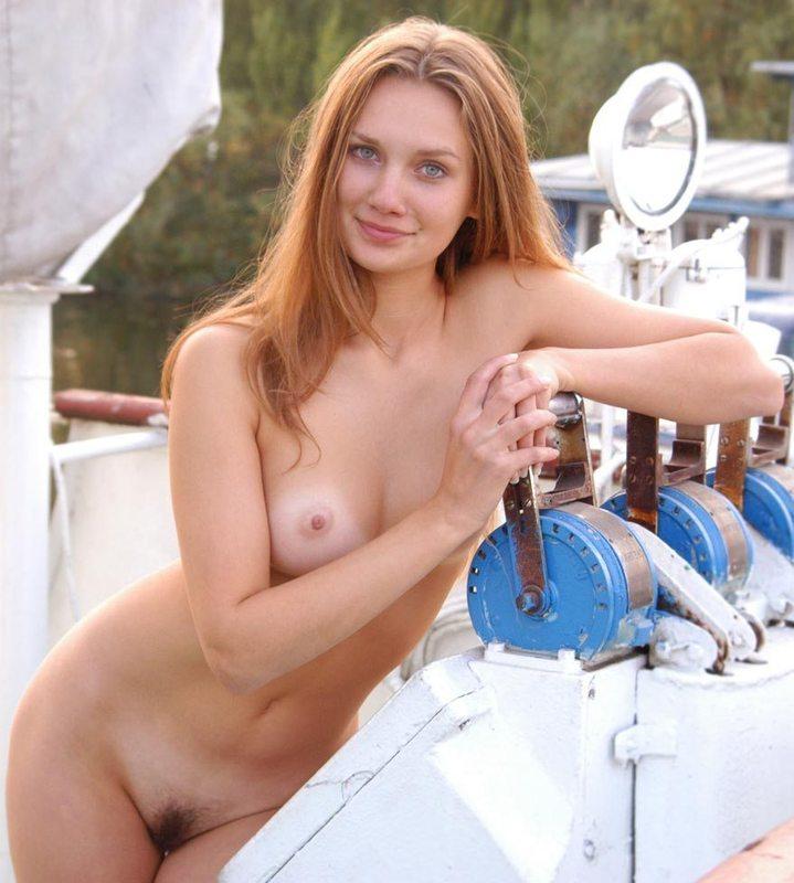 Голая телка сидит за штурвалом корабля