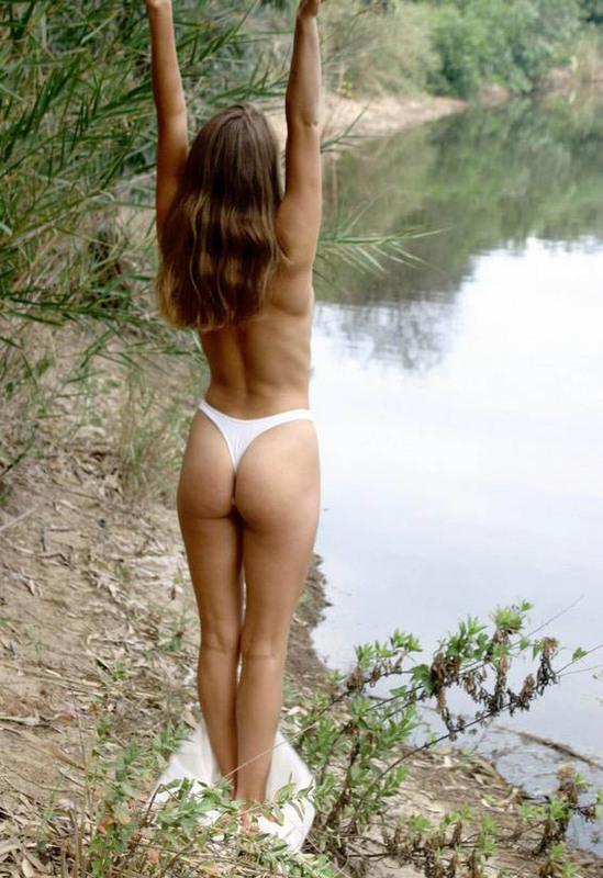 Игривая зазноба хочет покупаться в реке