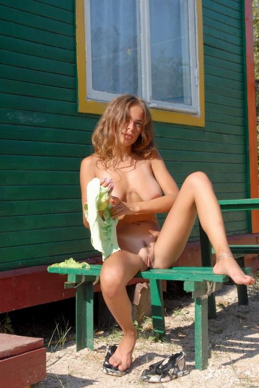 Милашка оголилась около домика в деревне
