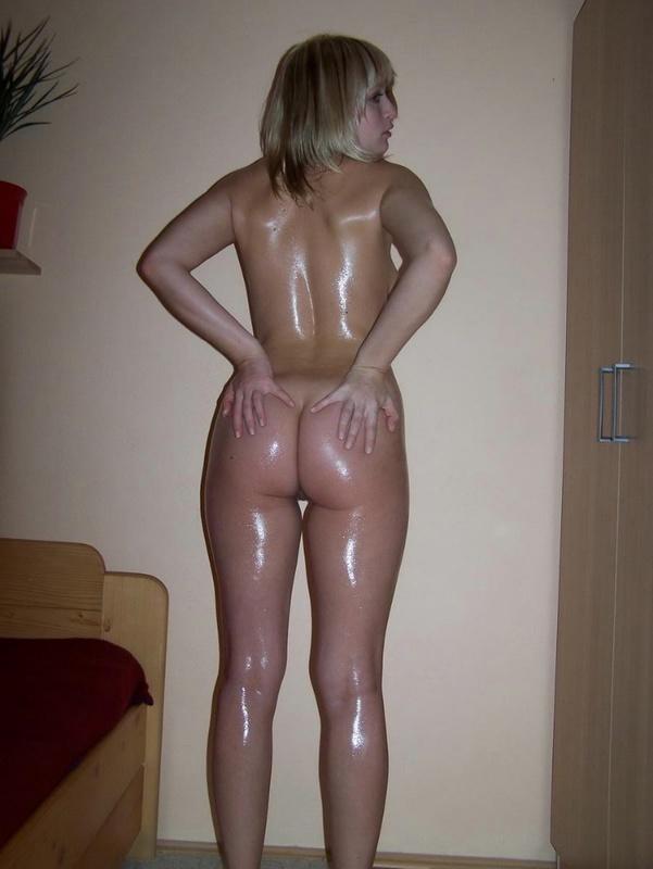 Одинокая Алина вечером намазалась маслом для тела